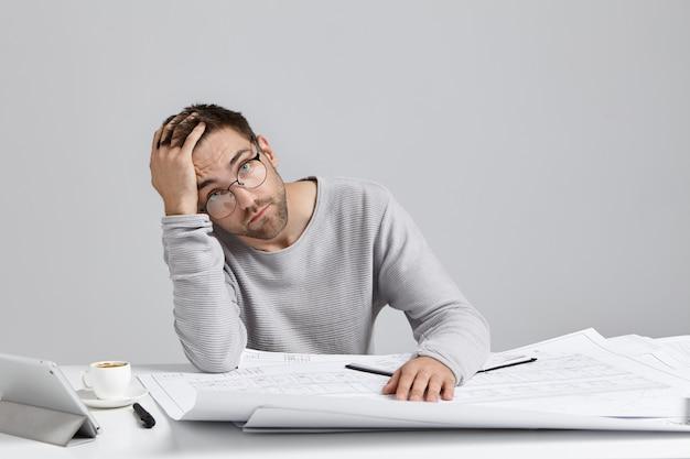 長時間描いた後疲れている男性イラストレーターの疲れ 無料写真