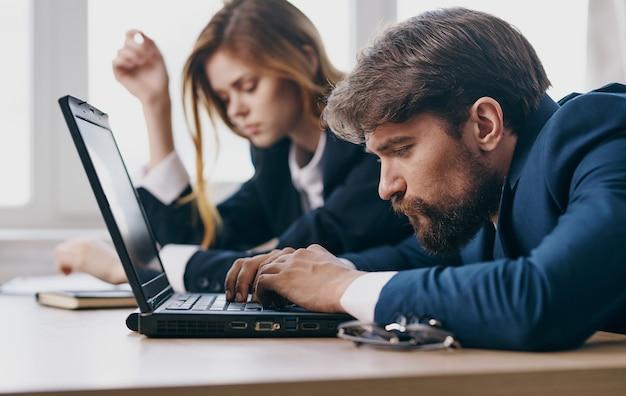 직장에서 직장 동료의 피곤 된 남자와 여자 노트북 전문가 프리미엄 사진