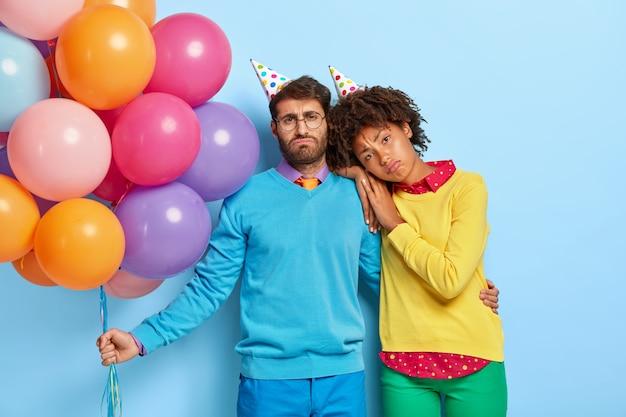 피곤한 화가 다양한 여자와 남자는 생일 모자를 착용 무료 사진