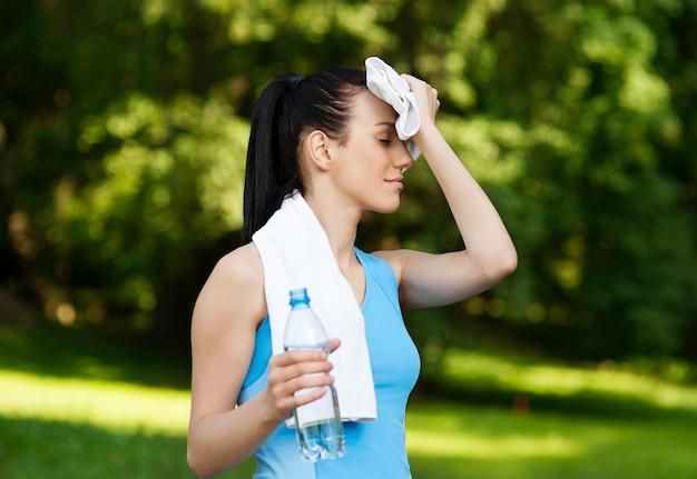 ジョギング後の疲れた女性 無料写真