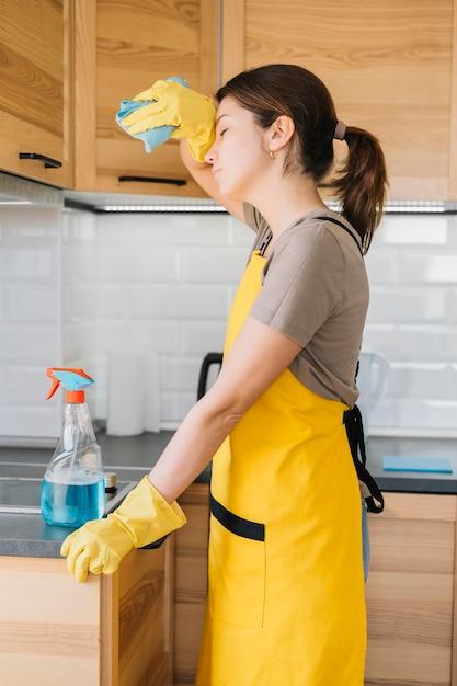 疲れている女性の家の掃除 無料写真