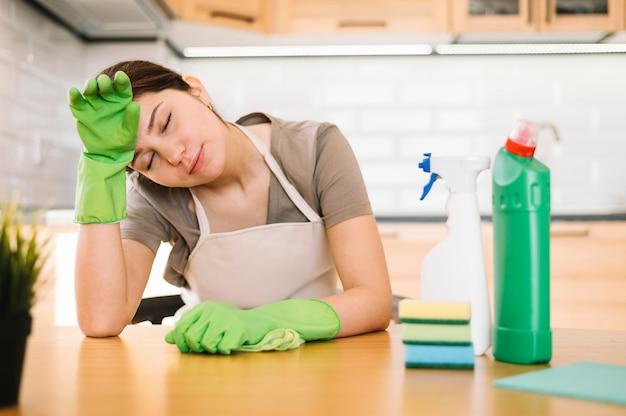 手袋で疲れた女性 無料写真