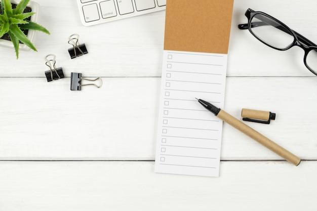 オフィスの机の上のto doリスト紙の平面図 Premium写真