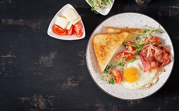 토스트, 계란, 베이컨, 토마토 및 마이크로 그린 샐러드. 무료 사진