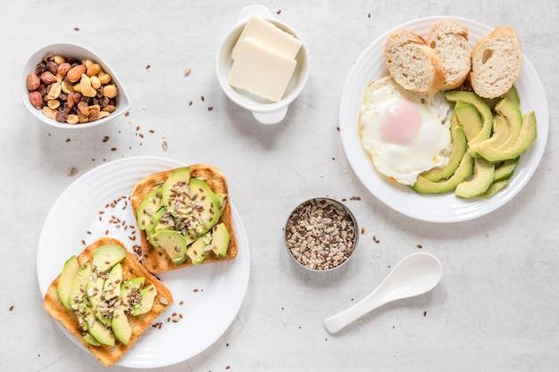Toast con avocado e uovo fritto Foto Gratuite