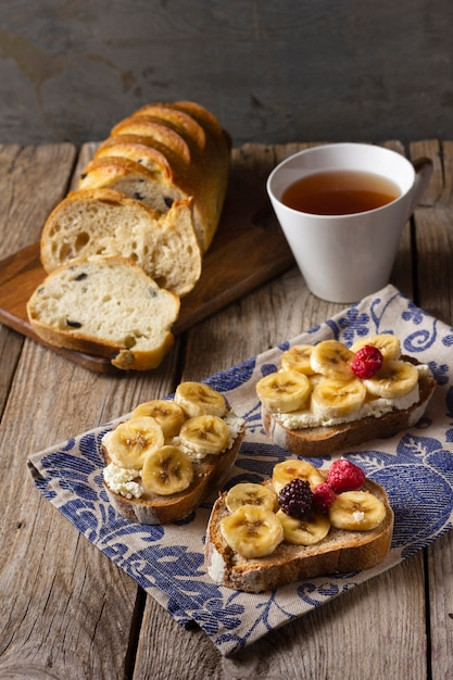 Toast with bananas and forest fruits Free Photo