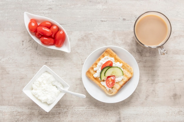 Brindare con formaggio, verdure e caffè Foto Gratuite