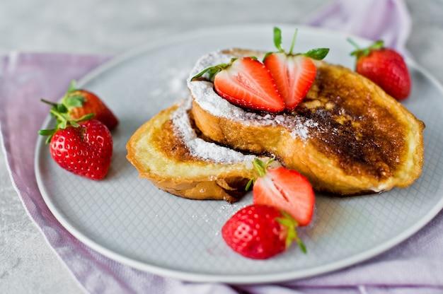 Toast with strawberries. Premium Photo