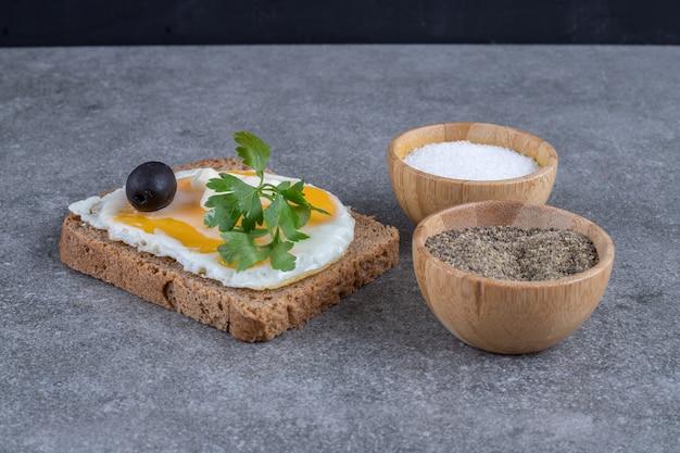 Toast con ciotole di legno di sale e pepe. foto di alta qualità Foto Gratuite