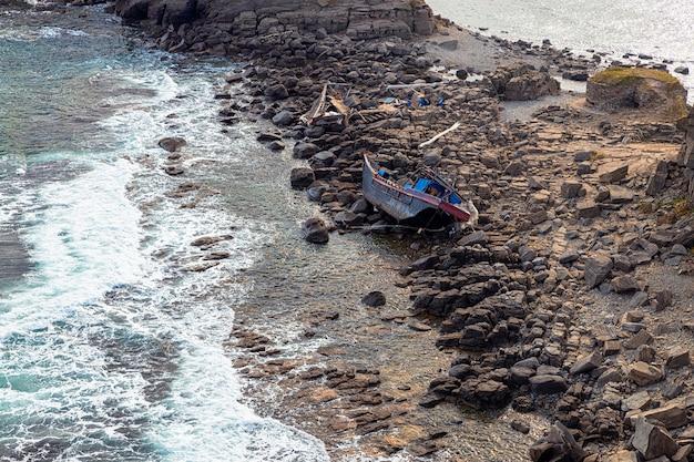 Мыс тобизин во владивостоке с обломками северокорейского рыболовного траулера на скалах Premium Фотографии