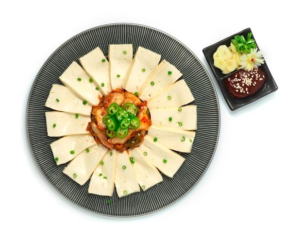 두부 김치 위에 그린 칠리 고추장 칠리 소스와 마늘 제공 프리미엄 사진