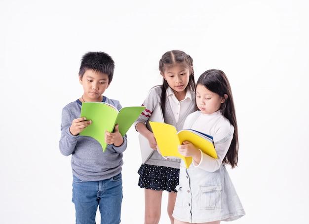 本togeterを読んで、興味を持って、一緒に活動する子供たちのグループ Premium写真