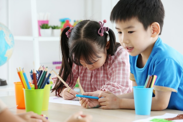 Together asian preschool student do homework by drawing by a color Premium Photo