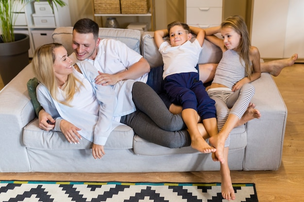 Вместе семья сидит на диване Бесплатные Фотографии