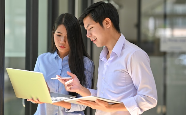 Together young friend consulting's they laptop and tablet. Premium Photo