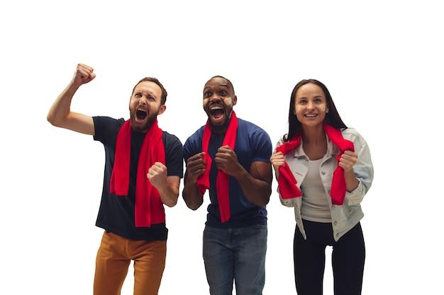 Solidarieta. tifosi di calcio multietnici che tifano per la squadra preferita con emozioni luminose isolate su priorità bassa bianca. Foto Gratuite