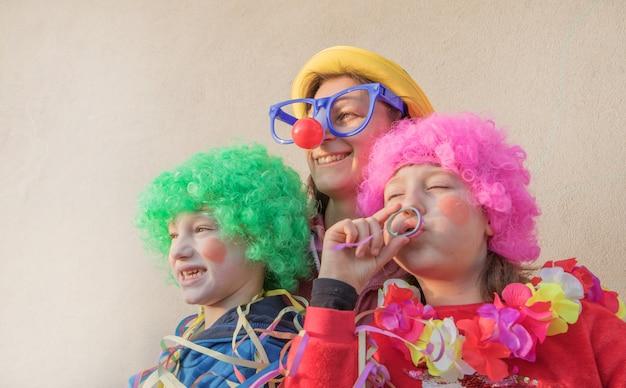 母親と子供たちの屋外togheterを笑顔のカーニバルマスク Premium写真