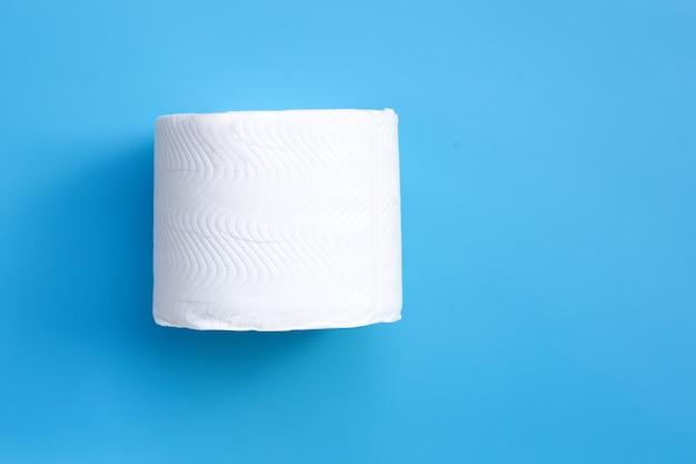 Туалетная бумага на синем пространстве. копировать пространство Premium Фотографии