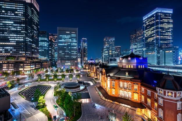도쿄 역 및 비즈니스 지구 건물 밤, 일본. 무료 사진