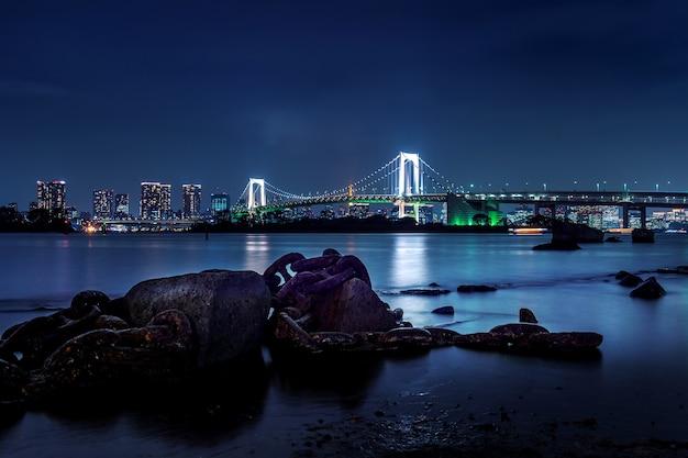 Горизонт токио с радужным мостом и башней токио. токио, япония. Бесплатные Фотографии
