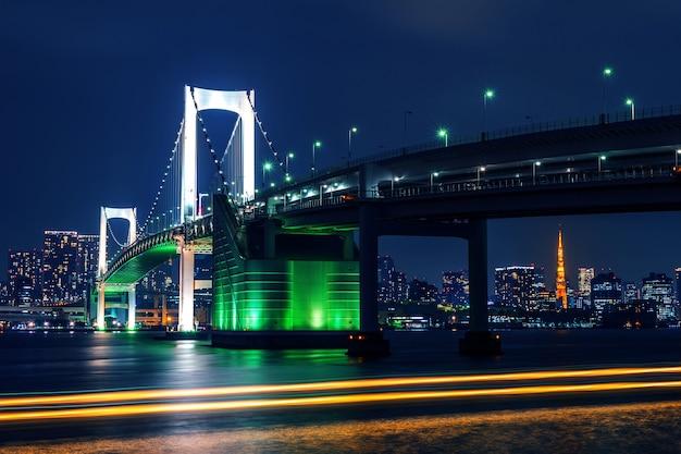 레인보우 브릿지와 도쿄 타워가있는 도쿄 스카이 라인. 도쿄, 일본. 무료 사진