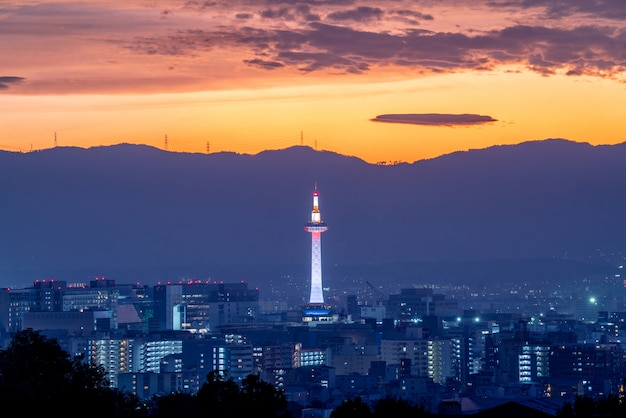 東京タワーと日没時間の京都市 Premium写真
