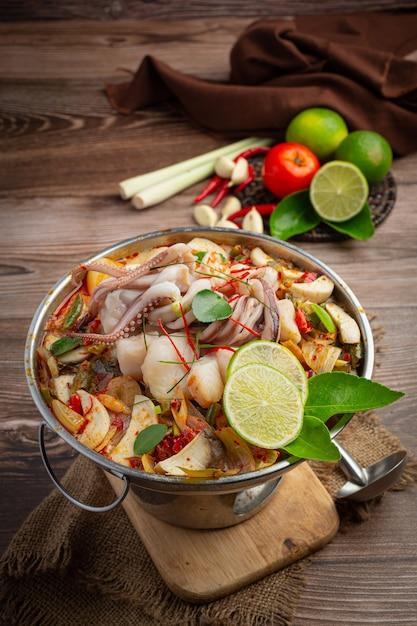 Том ям смешанные морепродукты в густом супе, острые блюда тайской кухни. Бесплатные Фотографии