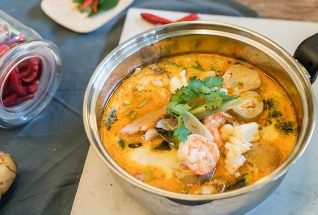 Кислый суп из морепродуктов или tom yum seafood Бесплатные Фотографии