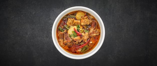 Том ям, тайская кухня, острый, острый и кислый тушеный суп из говядины в миске Premium Фотографии