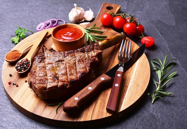 Стейк томагавк со специями и овощами Premium Фотографии