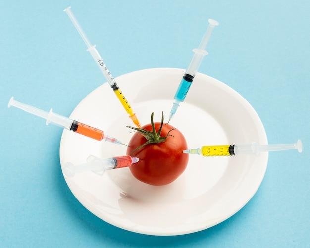 Gmo 화학 물질을 주입 한 토마토 무료 사진