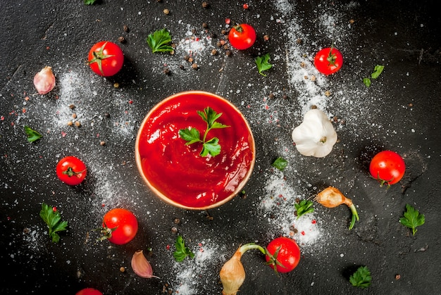 トマトソースまたはケチャップと材料 Premium写真