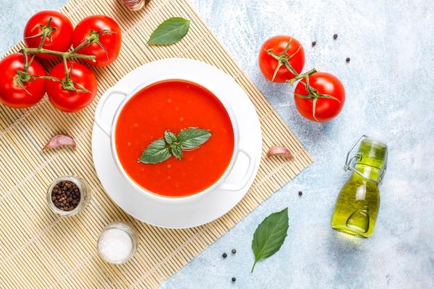 ボウルにバジルとトマトのスープ。 無料写真