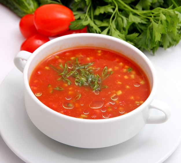 Tomato soup with crackers and herbs Premium Photo