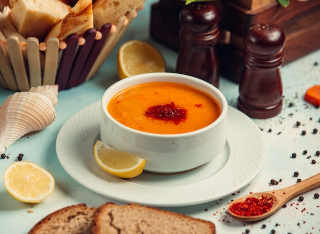 Tomato soup with paprika and lemon slices. Free Photo