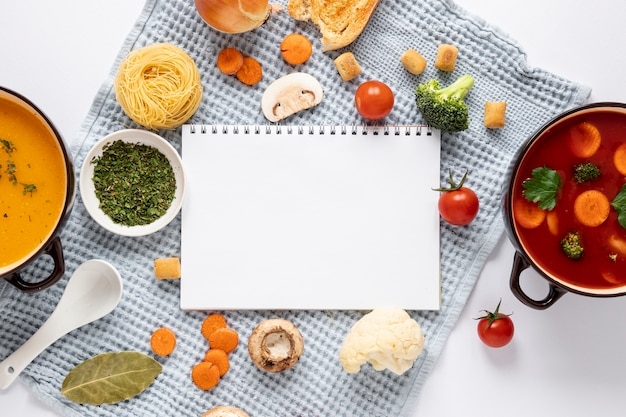Tomato and veggies soup with empty notepad Free Photo