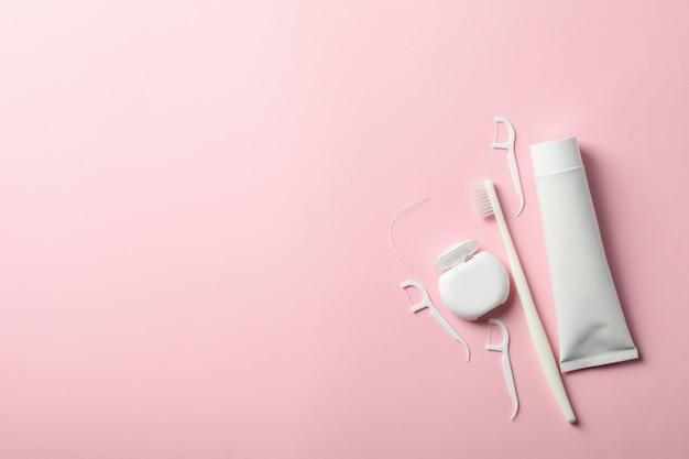 ピンクの表面の歯科治療のためのツール Premium写真