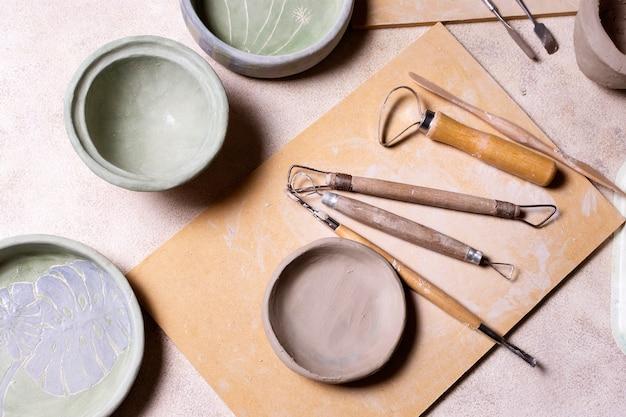 Инструменты для керамики на столе Бесплатные Фотографии