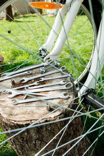 ツール、自転車の近くに屋外の木製の背景に自転車を修理するための器具。自転車の修理。 Premium写真