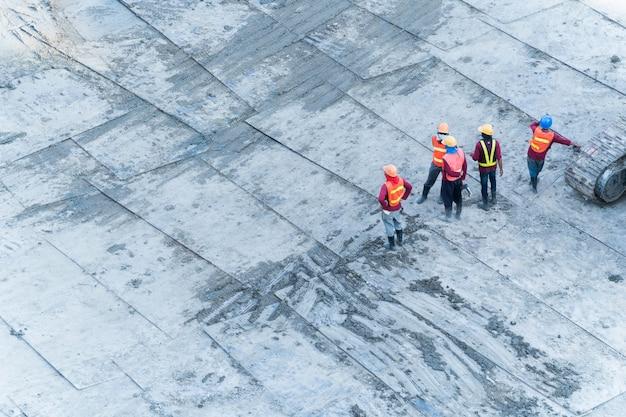 건설 노동자의 상위 공중보기는 프로젝트 건물 영역에서 작동합니다. 프리미엄 사진