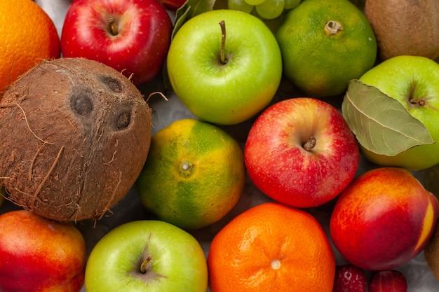 トップクローズビューさまざまな果物の組成白い机の上の新鮮な果物果物新鮮なまろやかな夏の色 無料写真