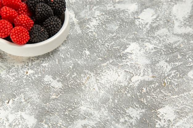 흰색 표면에 상위 닫기보기 신선한 베리 Confitures 달콤한 사탕 무료 사진