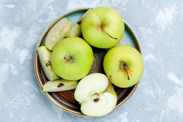 上部のクローズビュー新鮮な青リンゴをスライスし、果物全体を明るい表面に果物新鮮でまろやかな熟した食品ビタミン 無料写真