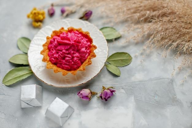 ピンクのクリームと小さなチョコレートを光に乗せたおいしい小さなケーキのトップクローズビュー、ケーキの甘い焼きクリームティーキャンディー 無料写真