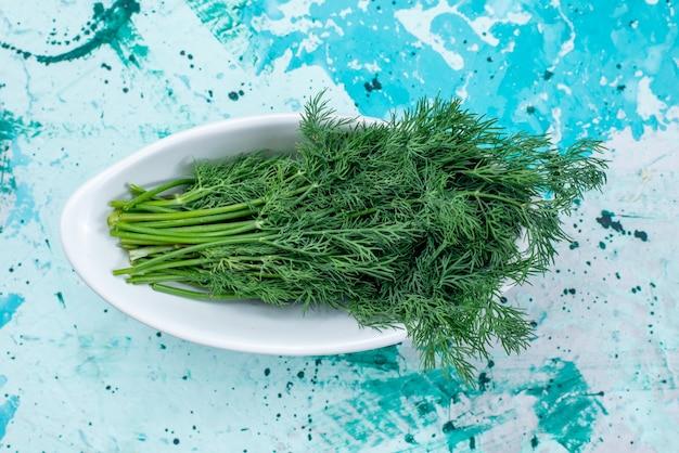 明るい青、緑の葉製品食品食事野菜のプレート内で分離された新鮮な緑の上面拡大図 無料写真