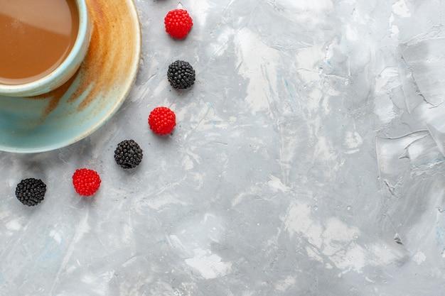 白のコンフィチュールベリーとミルクコーヒーの上面拡大図 無料写真