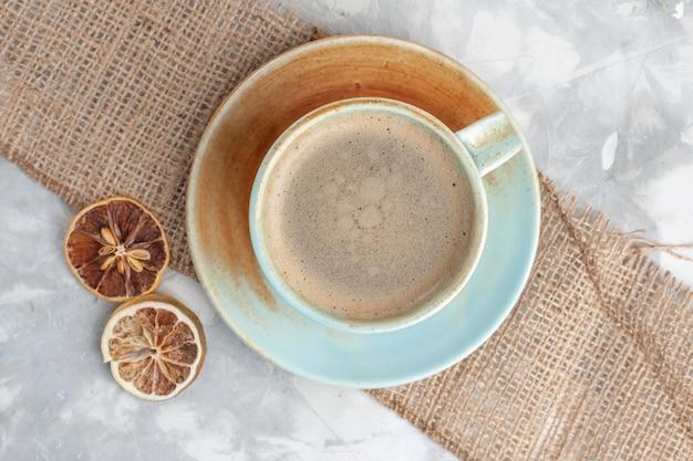Вид сверху ближе чашка кофе с молоком внутри чашки на белом столе пить кофе молоко эспрессо американо Бесплатные Фотографии
