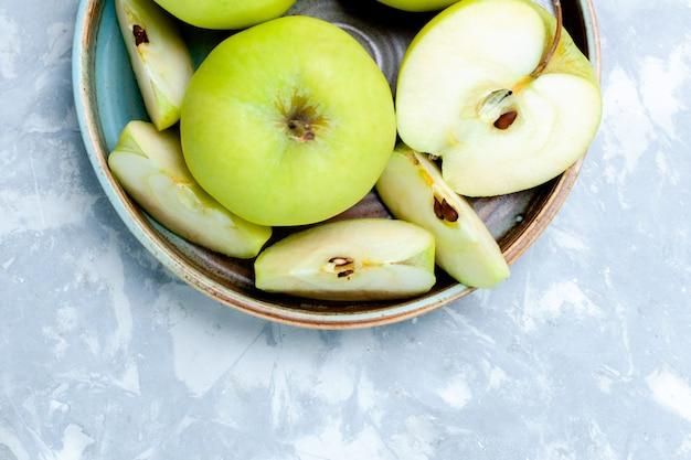 上面の拡大図新鮮な青リンゴをスライスし、果物全体を明るい表面に果物新鮮でまろやかな熟した食品ビタミン 無料写真