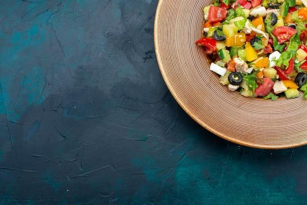 Вид сверху нарезанный овощной салат с перцем внутри тарелки на темно-синем столе салат овощная еда еда закуска обед Бесплатные Фотографии