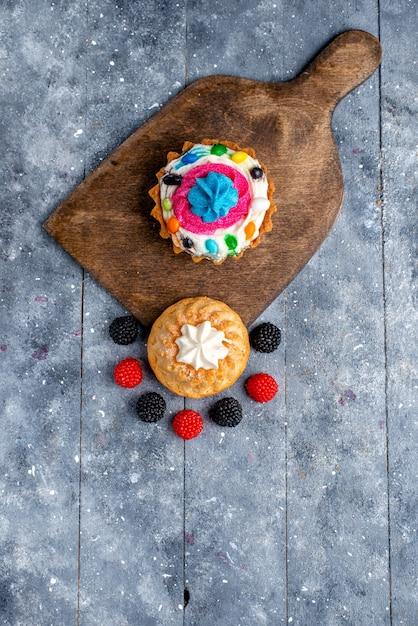 上の遠景クリームとキャンディーとライトのベリーと一緒においしいケーキ 無料写真